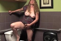 Busty Yanks BBW Jade Masturbates