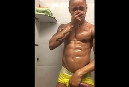 Lucas Scudellari punhetando itsy-bitsy banheiro da academia