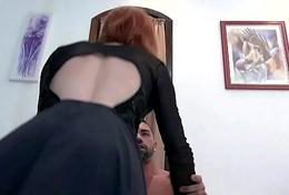 Casada fica sozinha e convida o amante para foder em casa