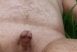 Enjoy pee apropos garden